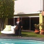 yo en la terraza de la piscina