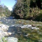 rio que corre al costado de las cabañas