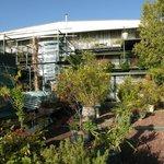 Вид на гостиницу с террасы для отдыха