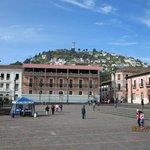 Vista del Panecillo desde la Plaza de Santo Domingo