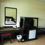 ТВ, столик и чайные принадлежности