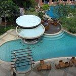 бассейн около нашего окна