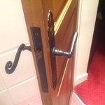 Døren til badeværelset på vores hotelværelse....