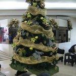 Ein Weihnachtsbaum in der Hotelhalle
