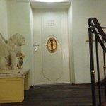 """Tras esta puerta se accede a 4 habitaciones.Una de ellas tiene el baño """"en el pasillo""""."""