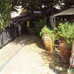 Entrée par la terrasse de l' Hotel Restaurant L'O Mandelieu La Napoule