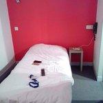 chambre minuscule,lit en 90, aucune déco