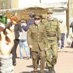 Até militares russos passeiam.