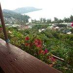 allez-y!  terrasse magnifique surplombant la baie de kathatani, cuisine thai delicieuse, aux vra