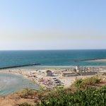 Вид на пляж от лифта