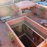 Vista sul patio dalla terrazza sul tetto