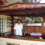 El bar, bien surtido y mejor servido.