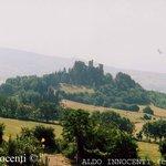 Il castello di Romena da lontano