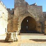 Vista desde el patio de Armas hacia el Arco de lo que fue la capilla incial.