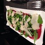 Assiette carpaccio de bœuf et parmesan