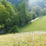 vue d'en haut sur la rivière, le camping est derrière les arbres