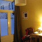 Zimmer 17, beklebte Tür als Fenster zum Innenhof und da muss jeder Gast auch nachts vorbei.
