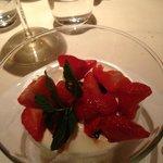 Panna cotta con insalata di fragole e aceto balsamico
