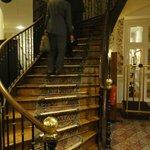 ロビーから2階への階段。優雅なカーブを描いています。