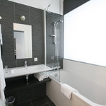 salle de bain avec baignoire
