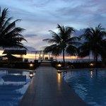 Het zwembad met prieel en zeezicht. Voormalige trouwlocatie.