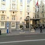 Напротив данного входа в отель Palace