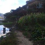 Camino para entrar con piedras.  Es muy facil caer sobre la orilla del lago.