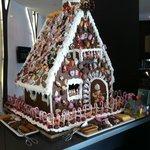 Холл гостиницы - пряничный Рождественский домик
