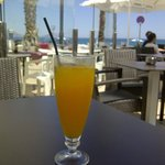 Zumo de naranja natural en la terraza frente al mar