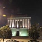 Impresionante edificio. Iluminación nocturna.
