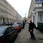 Frente do hotel e rua