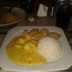 Camarões, arroz, bolinhos de banana