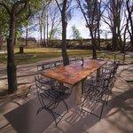 La mesa del jardín donde cenamos en verano