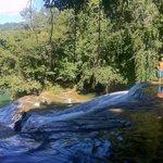 Al filo de una de las tantas hermosas cascadas.