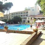 Vista de la piscina y de la fachada posterior del hotel.