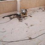 Ausblick vom Schlafzimmer-Balkon: zusammengeflickte Elektrik, teils unisoliert