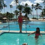 disfrutando dehidromasaje en la terraza de la piscina