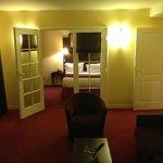 La suite comprenant la chambre au fond puis le salon en premier plan.