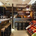La cave vous accueille pour des dégustations de vins grecs autochtones et mezzés méditerranéens