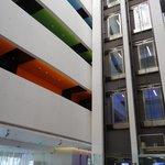 Атриум и лифты Hues Boutique Hotel