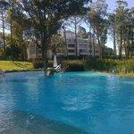 disfrutando de la piscina exterior