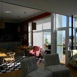 El salón de estar y área de desayuno