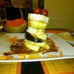 Milhoja de berenjena con queso de cabra, tomate y manzana