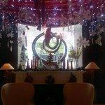 Lobby hotel dengan suasana natal