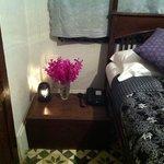 お部屋には蘭の花 市内電話は無料です