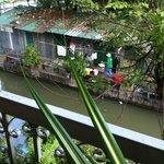 部屋の下の運河