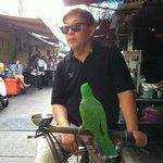 近所の朝市で出会ったワカケホンセイインコおじさん