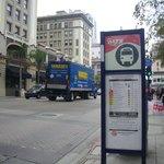 Остановка автобуса в центре Сан-Диего на о. Коронадо