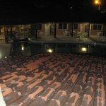 La piscina en la noche desde el area recreativa