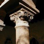 Colonne du cloître de Salles Arbuissonnas, tout proche du Trésor d'Alice